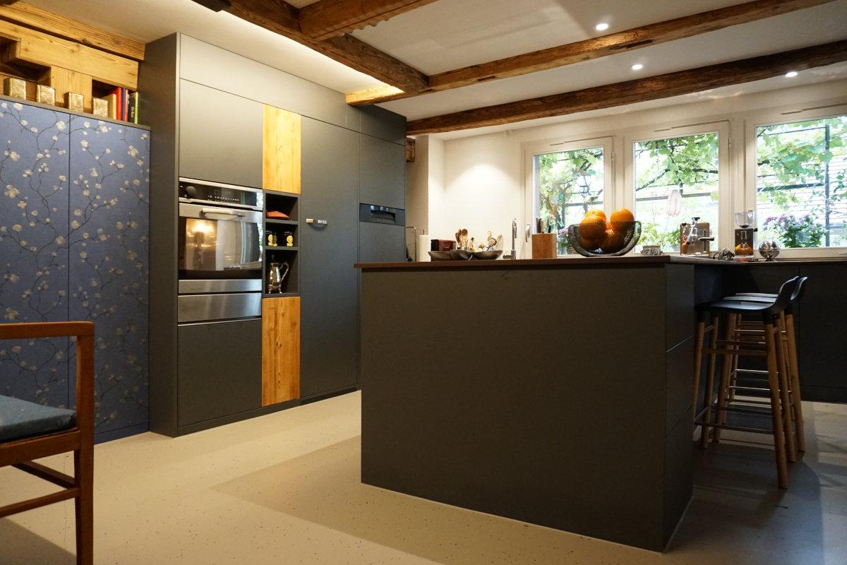 Küche in Altbau. Altholz-Elemente wurden bewusst mit modernen Materialien kombiniert.
