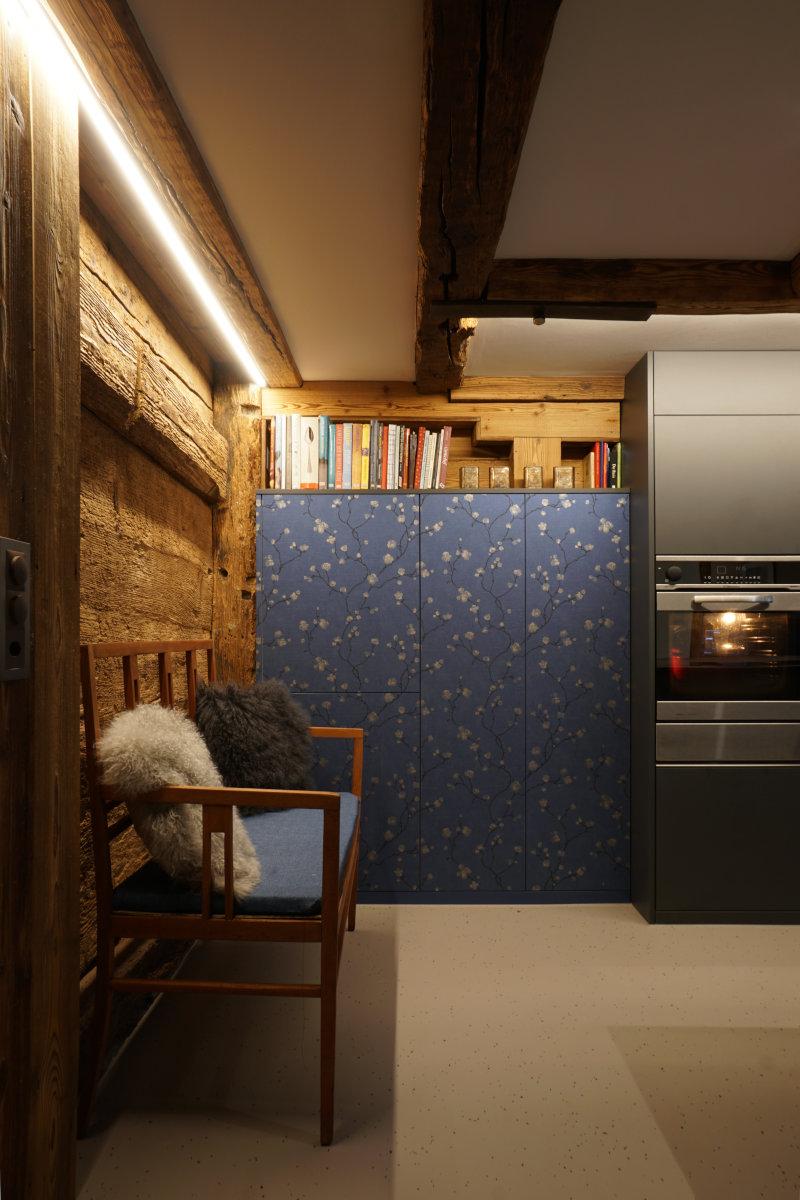 Über dem Tapetenschran wurde ein Altholz-Regal eingebaut. Es scheint, als hätte die Küche nie anders ausgesehen.