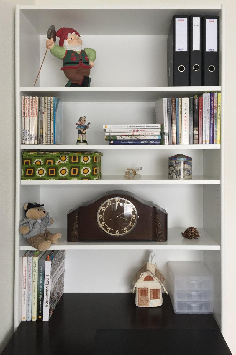 Bücherregal über Tisch (frontal)