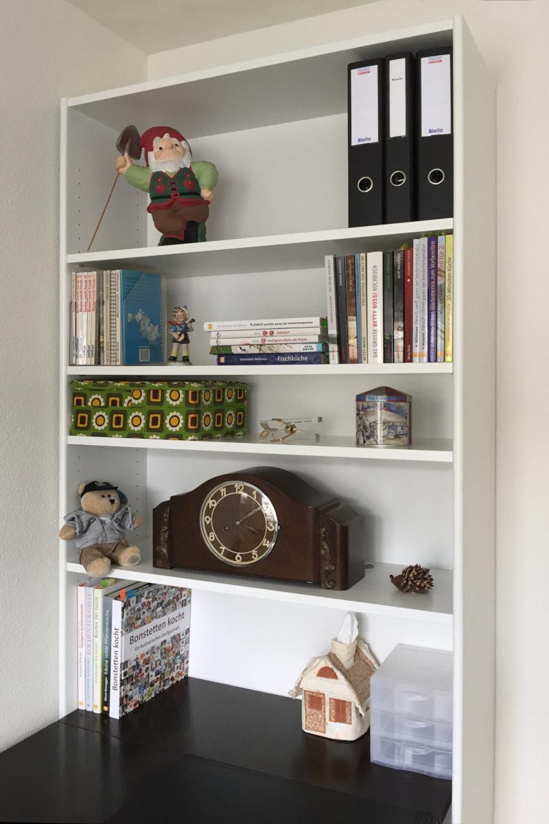 Bücherregal über Tisch