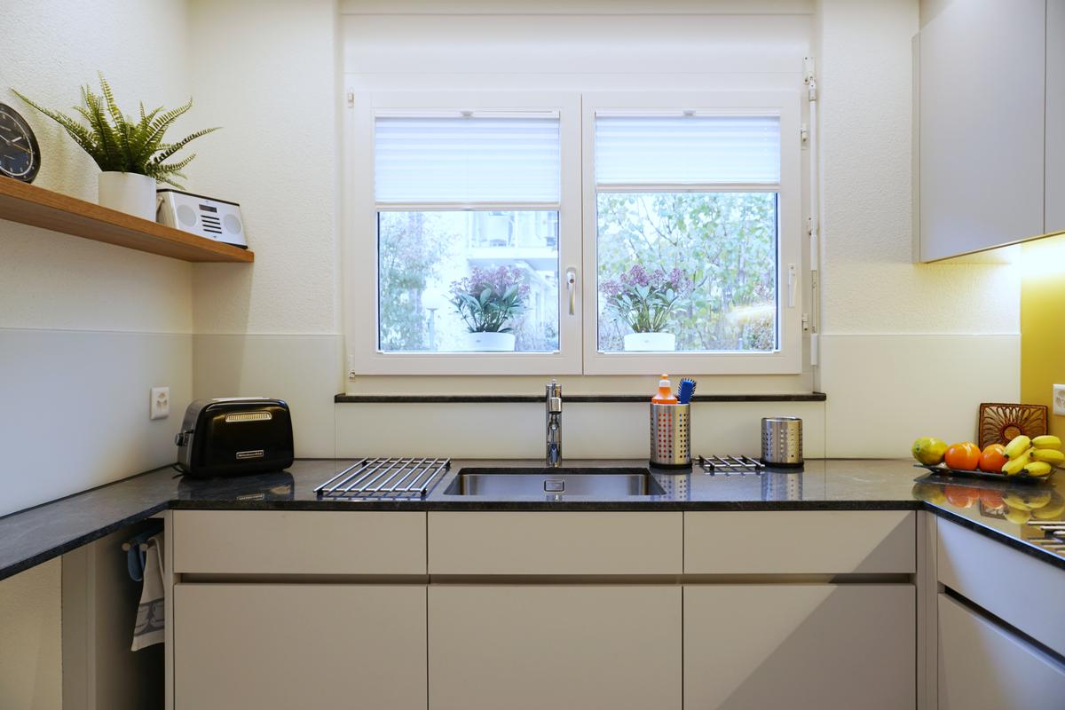 Fortsetzung der Küchenzeile unter dem Fenster