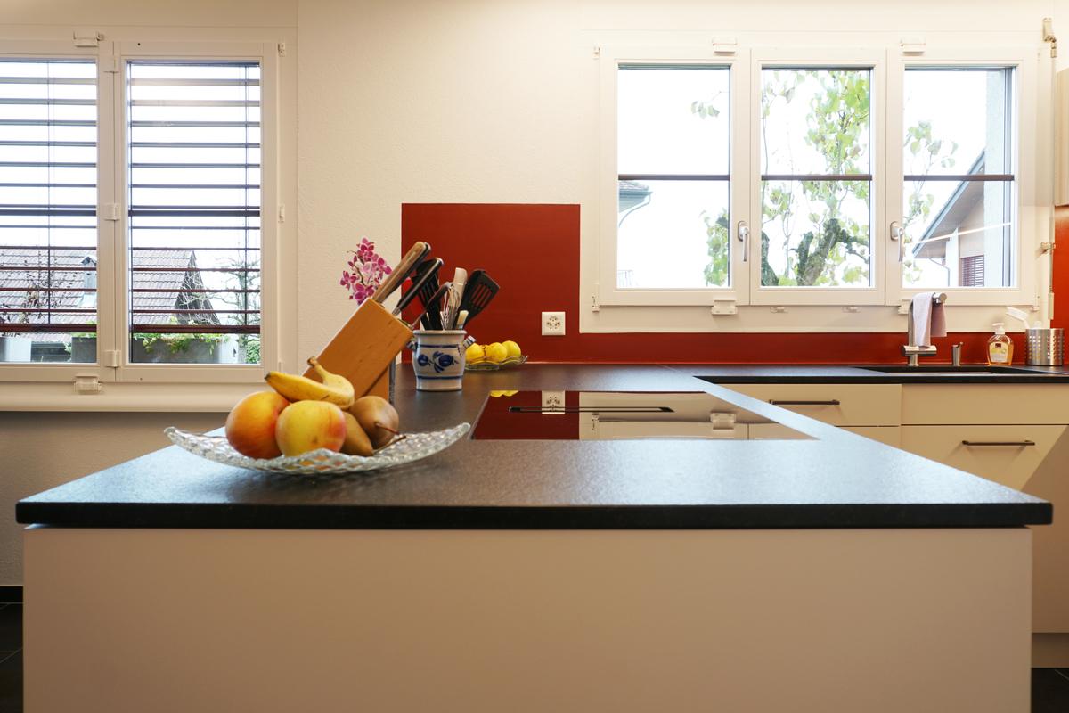 Kochzeile: Das Kochfeld mit Tischlüfter ist flächenbündig eingelassen.