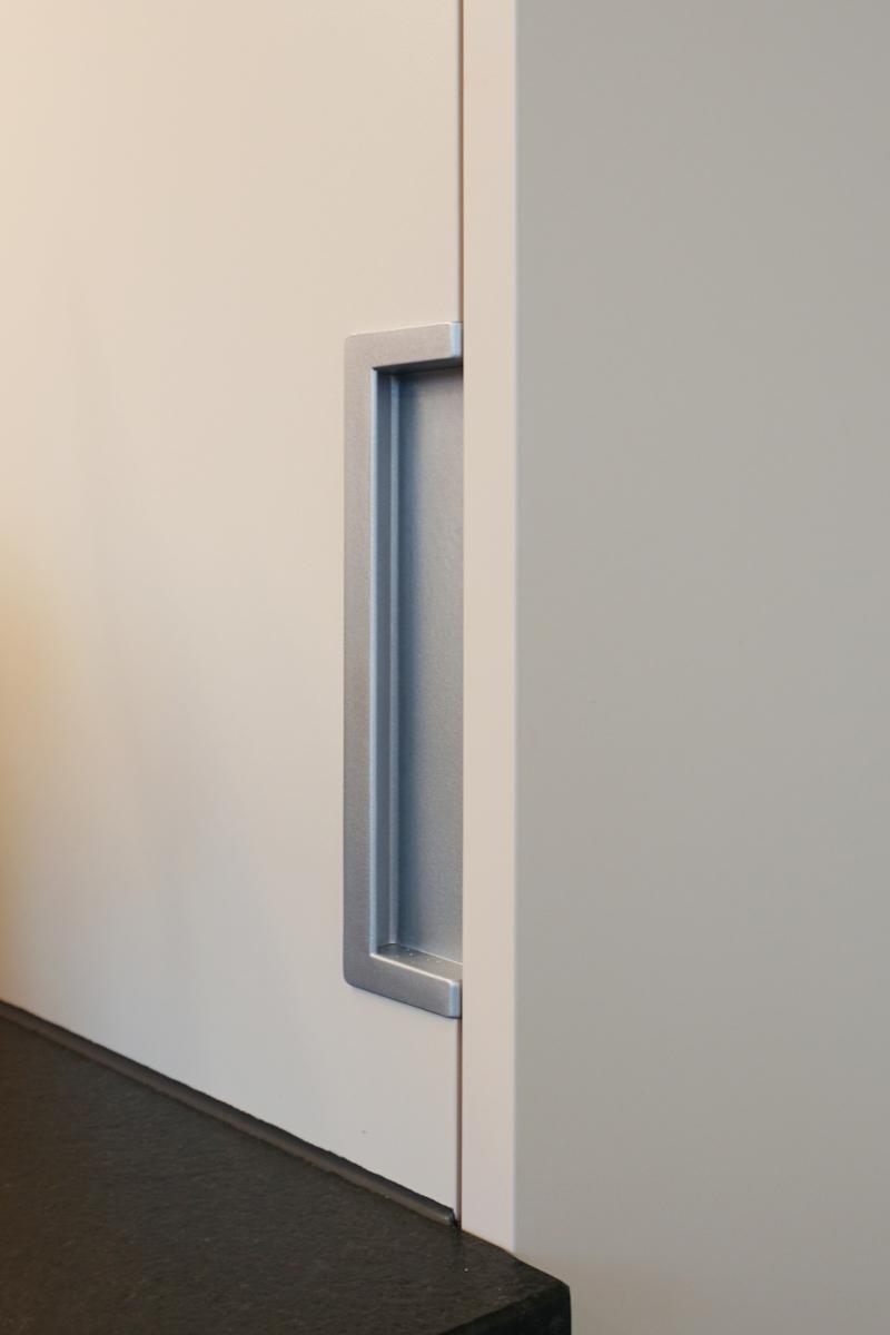 Die Griffmulde am Kühlschrank ist an der Seite angebracht.