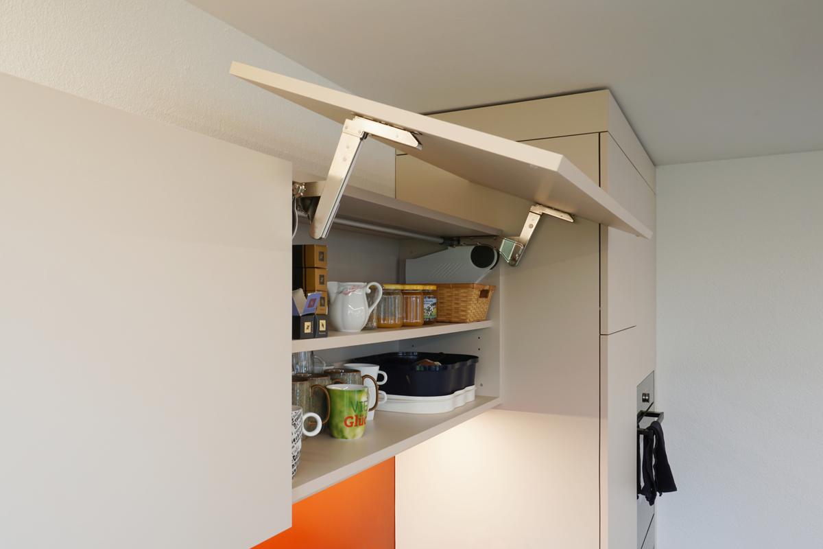 Die Oberbauschränke sind mit einem Kipp-Scharnier ausgerüstet.