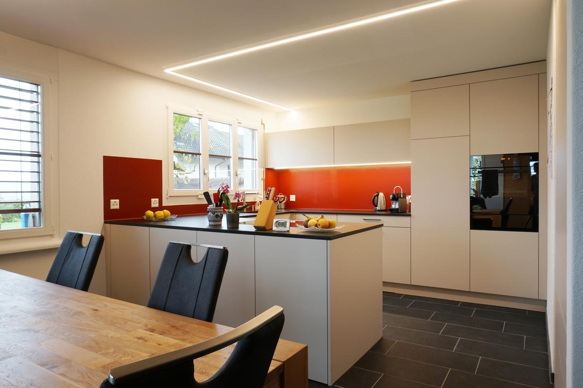Neue Küche mit roter Rückwand