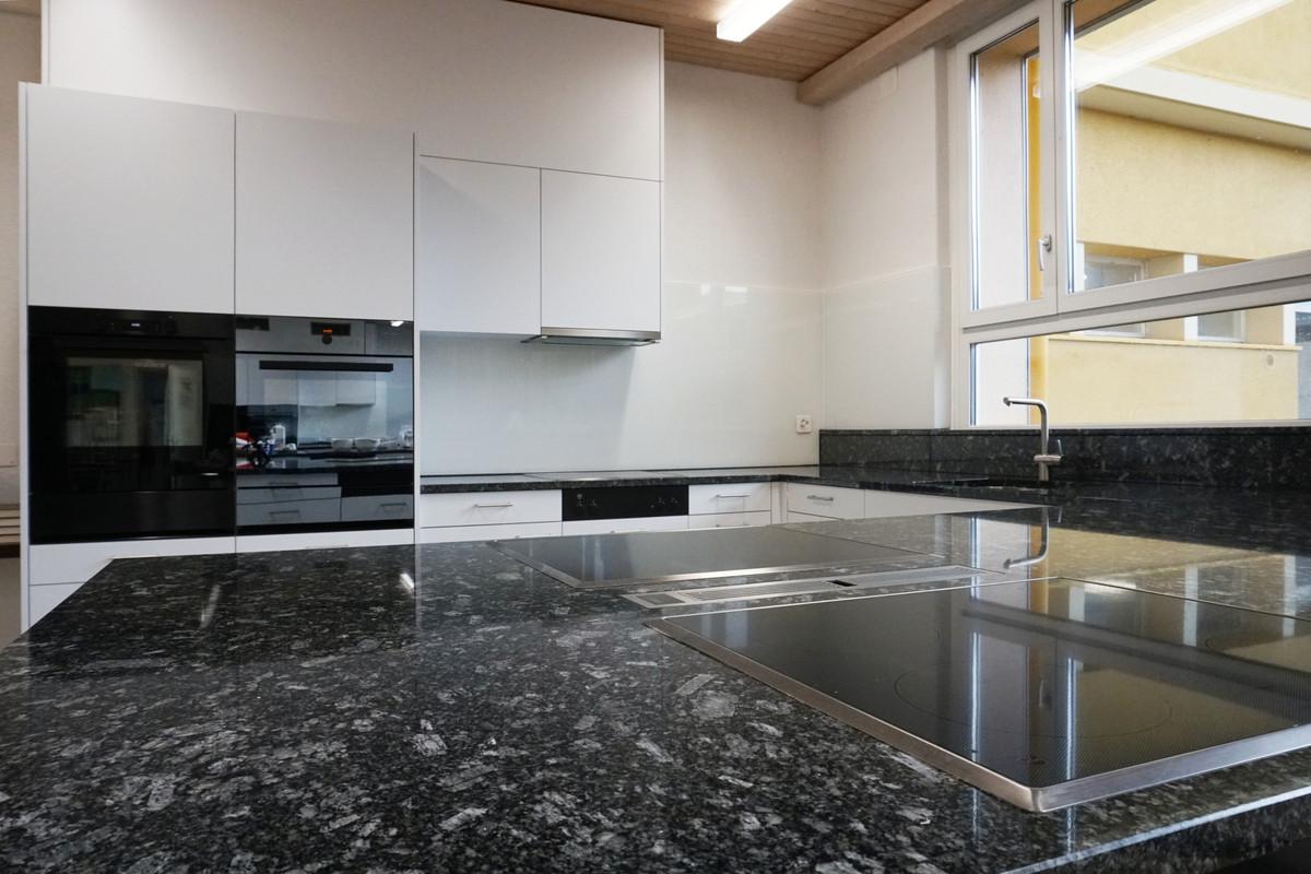 Neuer Tischlüfter zwischen den bestehenden Glaskeramik-Kochfeldern