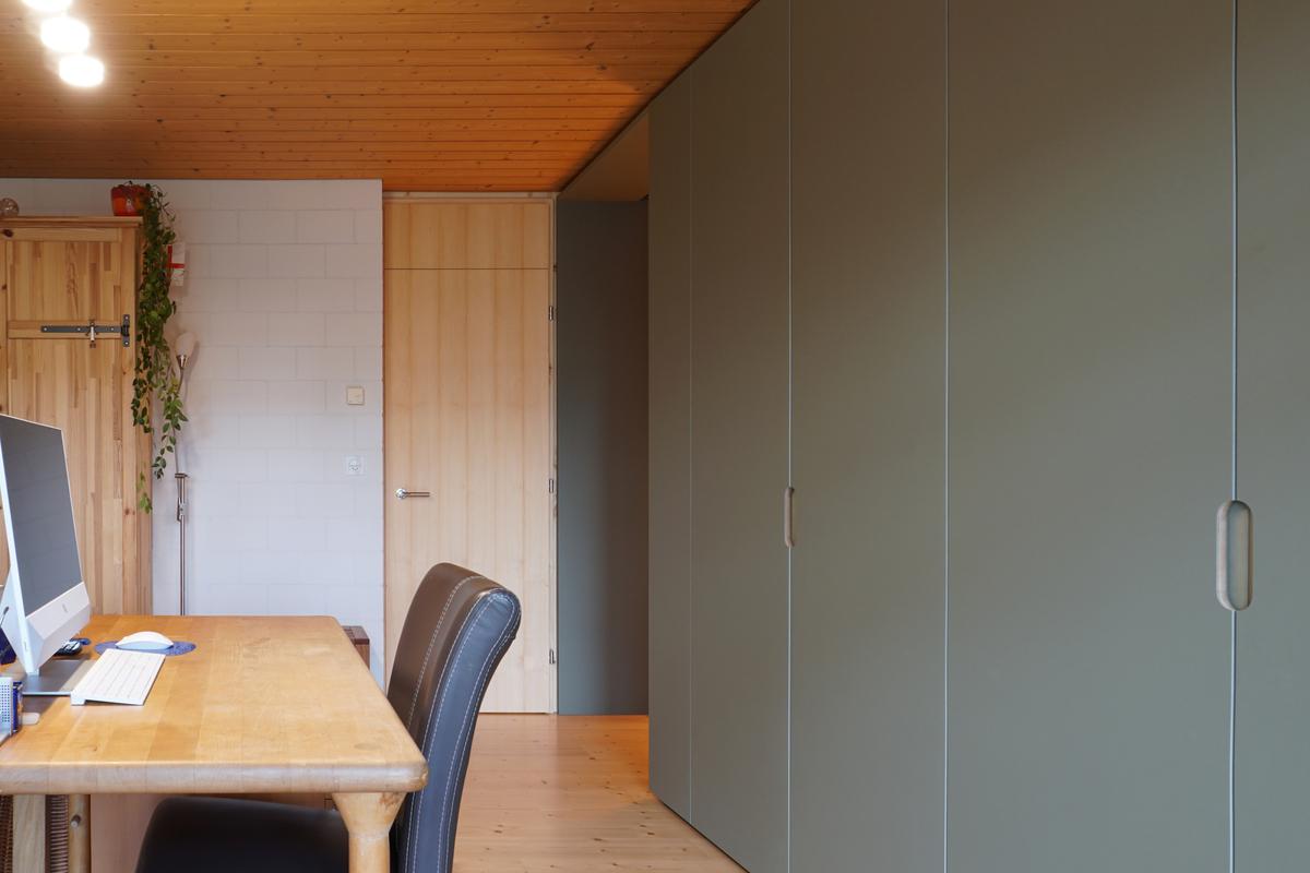 Schrankfront mit Linoleum-Oberfläche