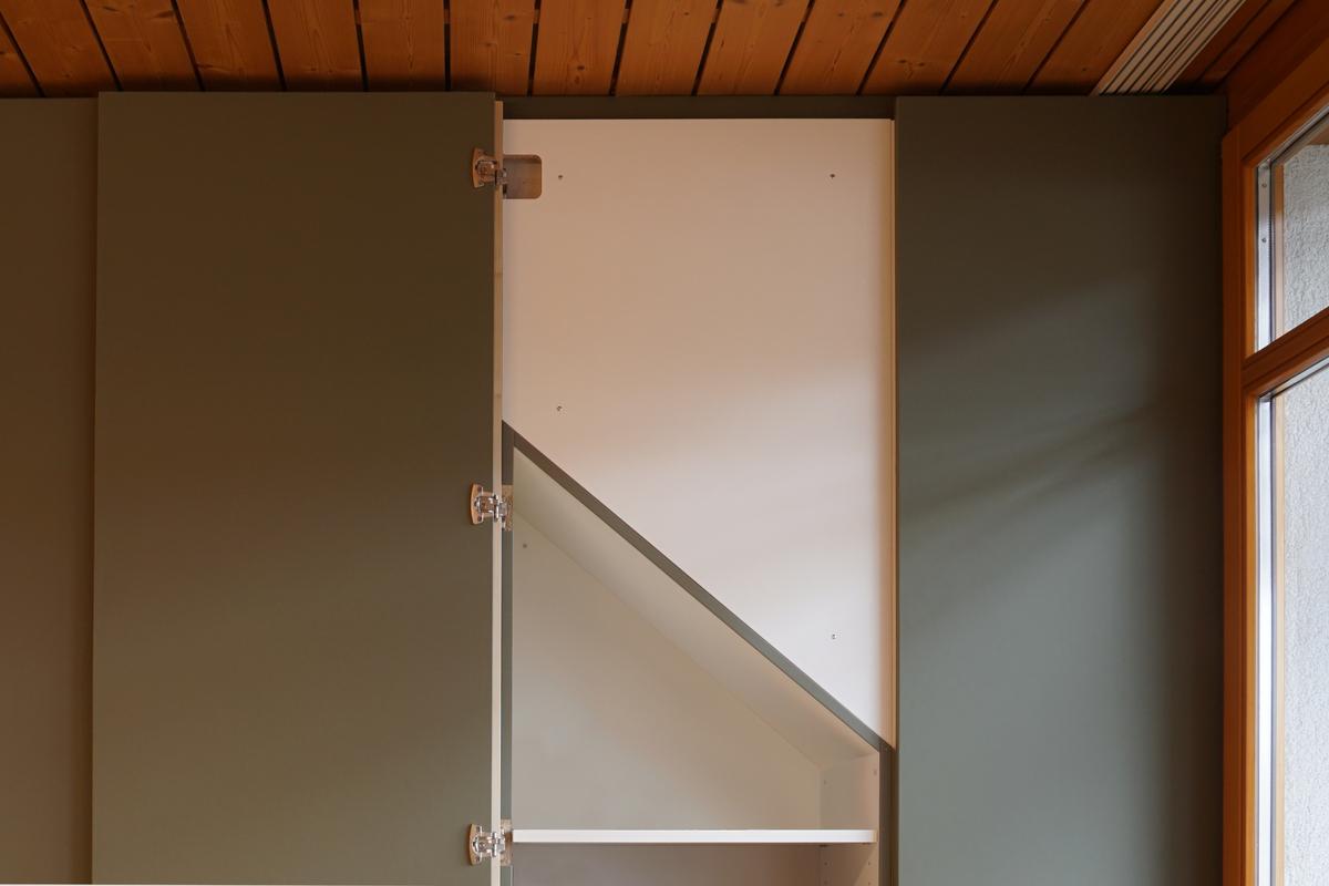 Die Schranktür reicht bis zur Decke und verdeckt so die Dachschräge.