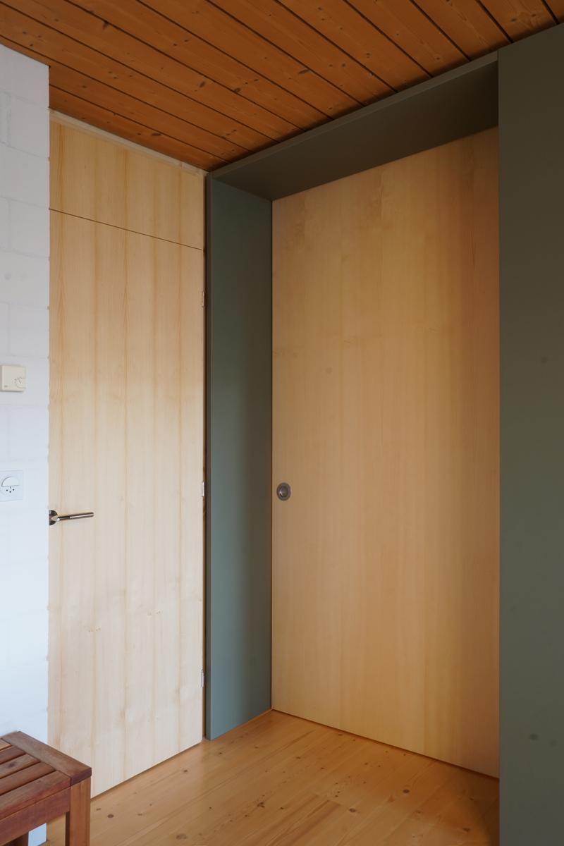 Schiebetür und neue Zimmertür aus astiger Föhre