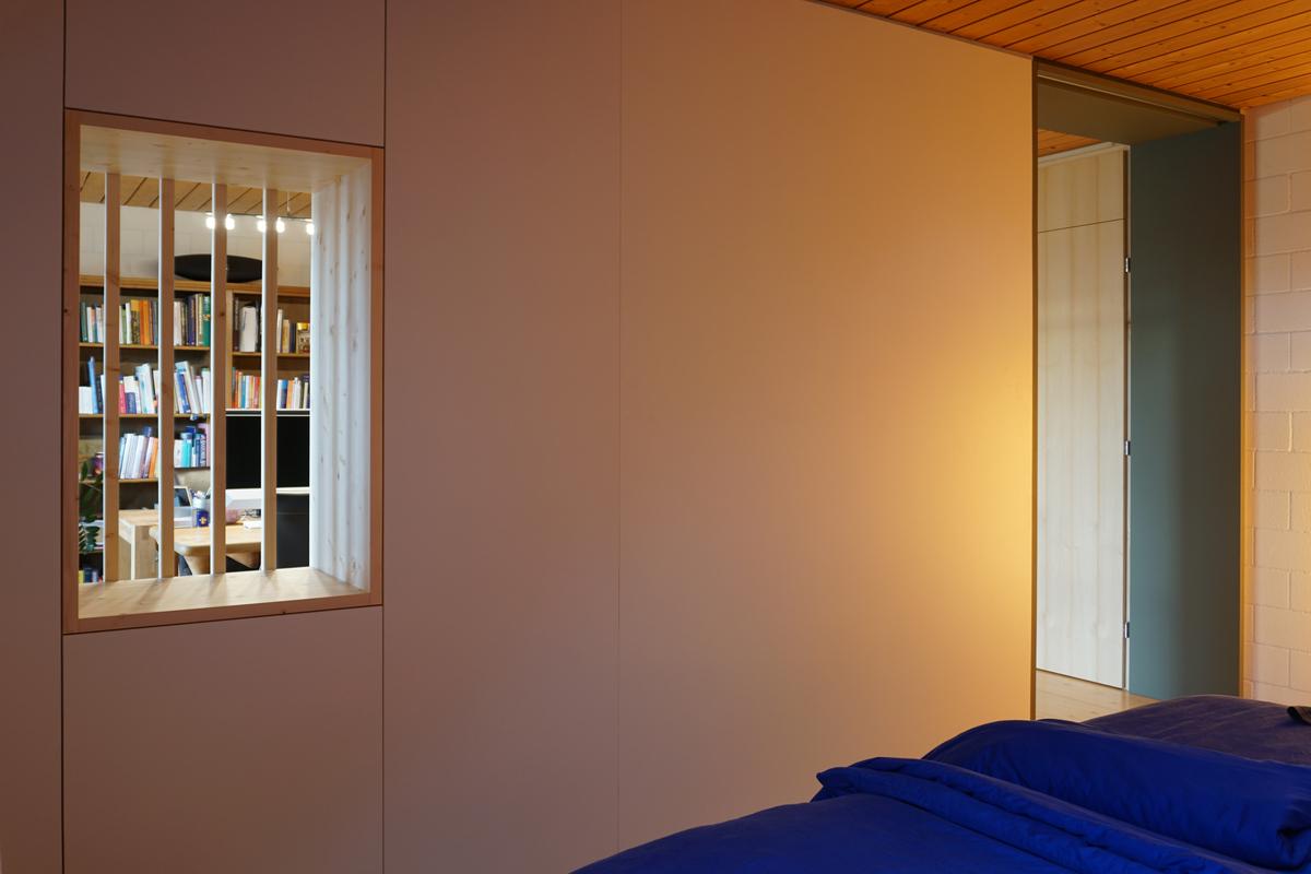 Die beiden Zimmer sind durch ein Fenster und eine Schiebetür verbunden.