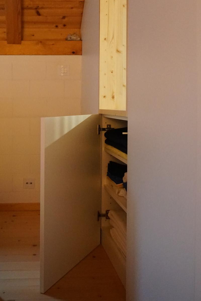 Unter dem Fenster befindet sich ein kleiner Schrank, der als einziger von der Schlafzimmerseite zugänlich ist.