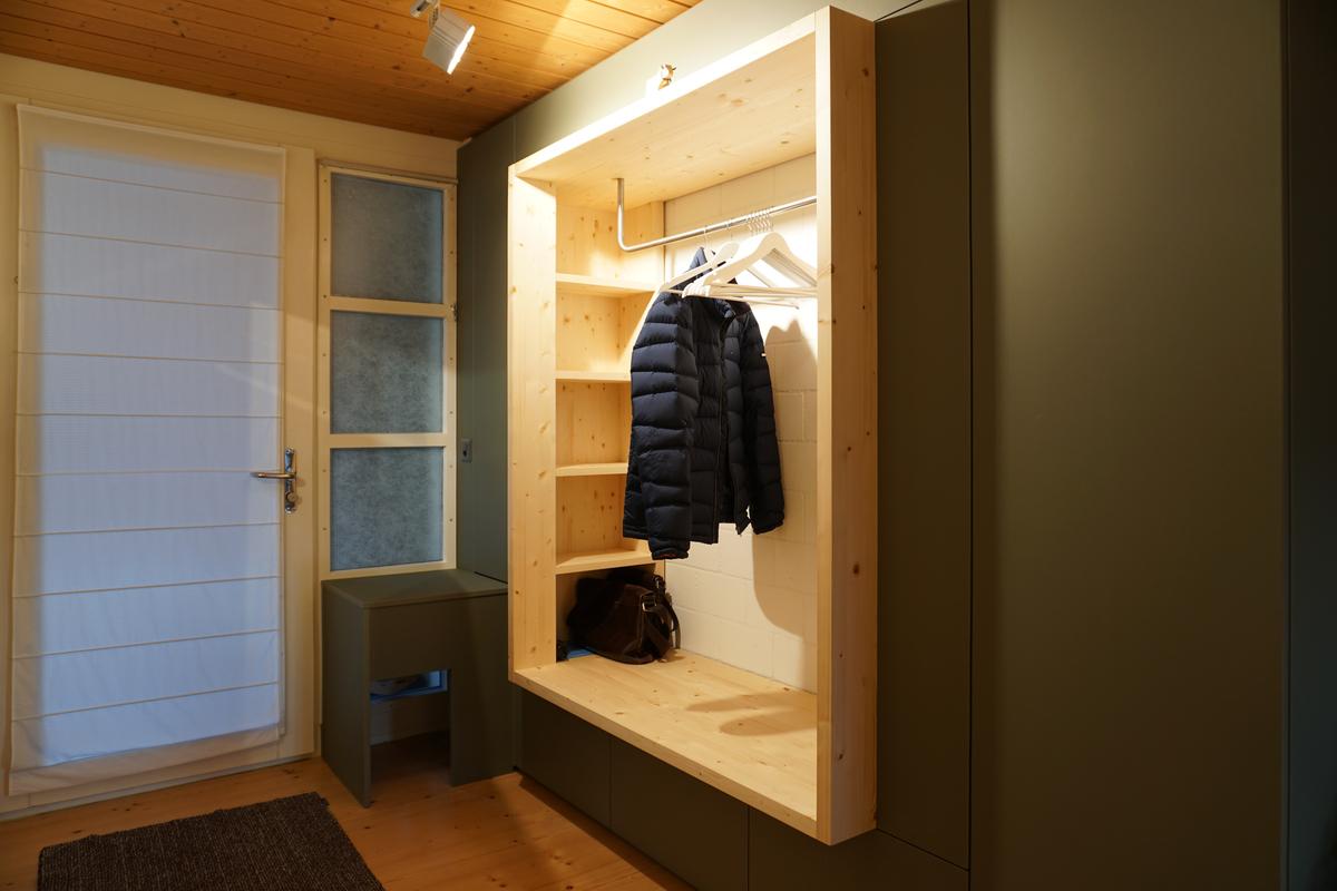 offener Garderobe aus Föhre in grünem Schrank
