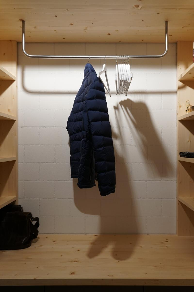 Garderobe aus astiger Föhre