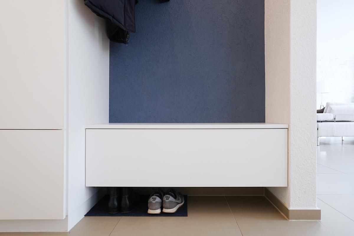 Der Unterbau mit Schublade dient gleichzeitig als Sitzbank