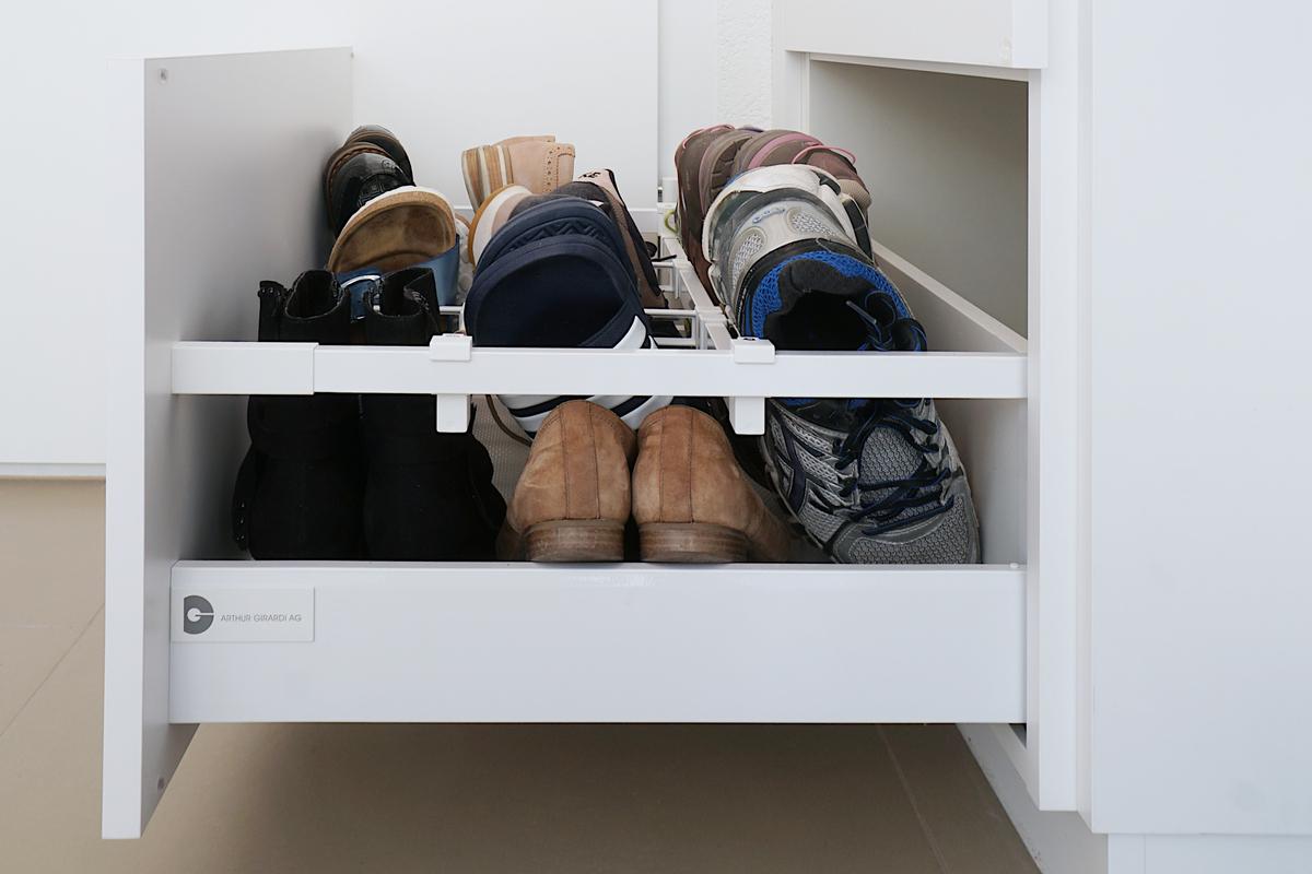 Dank Quer-Relingen lassen sich die Schuhe aufrecht in der Schublade lagern
