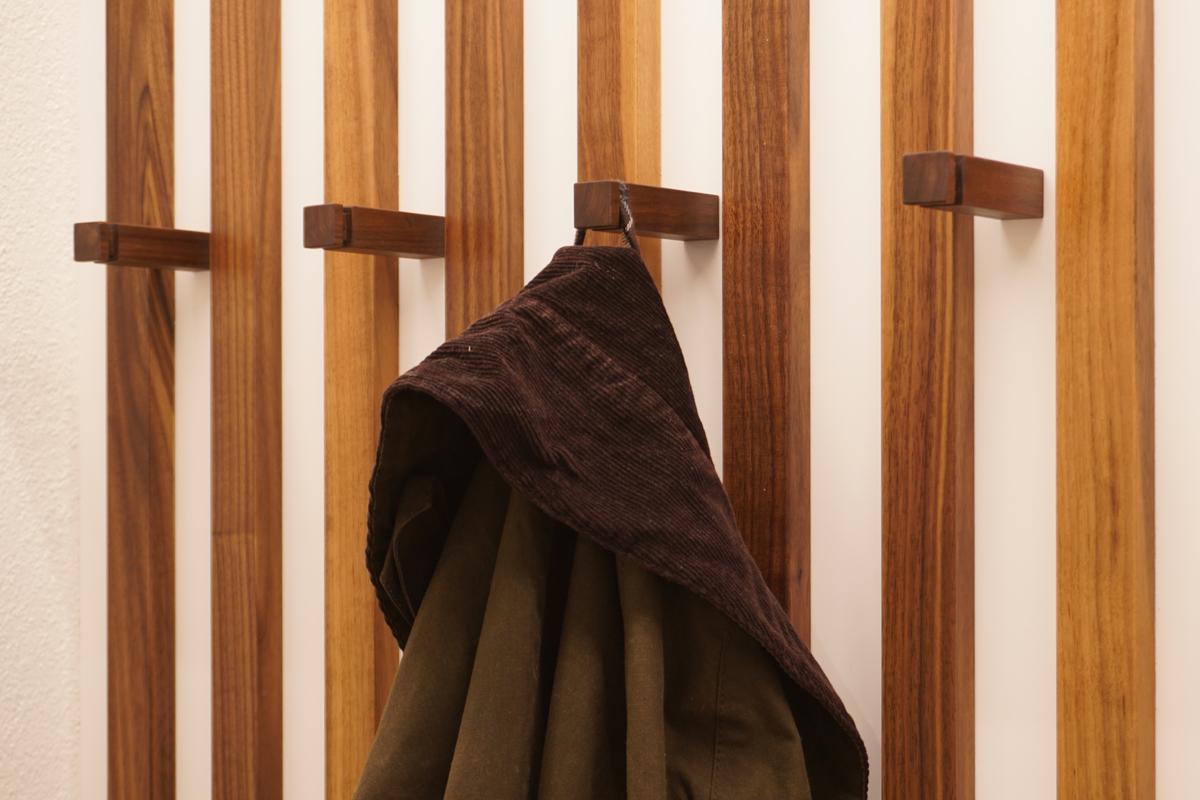 Die Kleiderhaken sind eine Spezialanfertigung aus amerikanischem Nussbaum