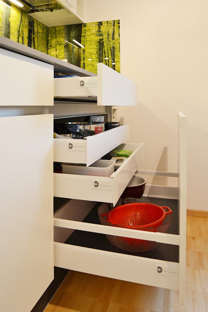 Unter dem Kochfeld gibt es eine breite Schublade für die Kochutensilien.