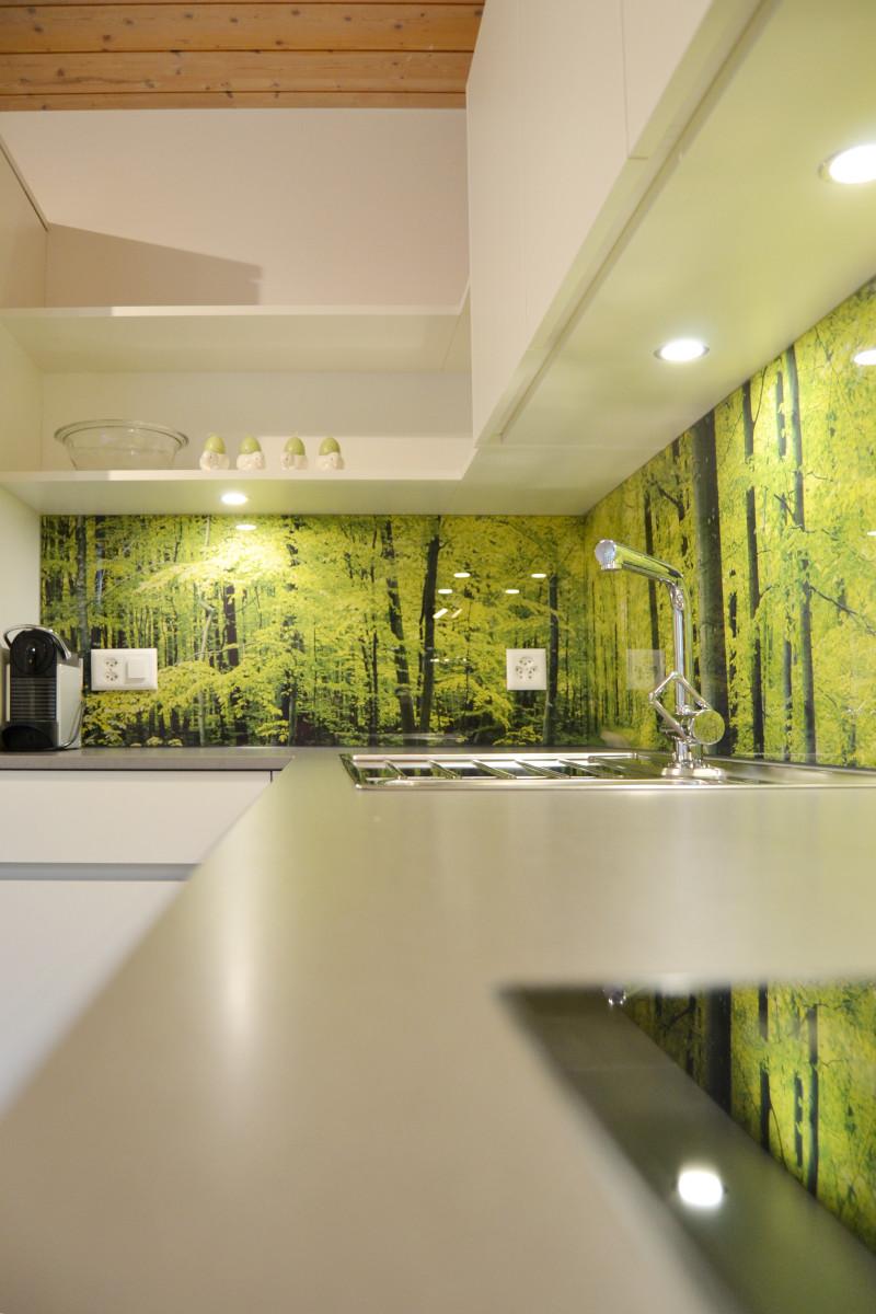Das Wald-Motiv läuft über drei Seiten. So entsteht ein Panorama-Effekt.