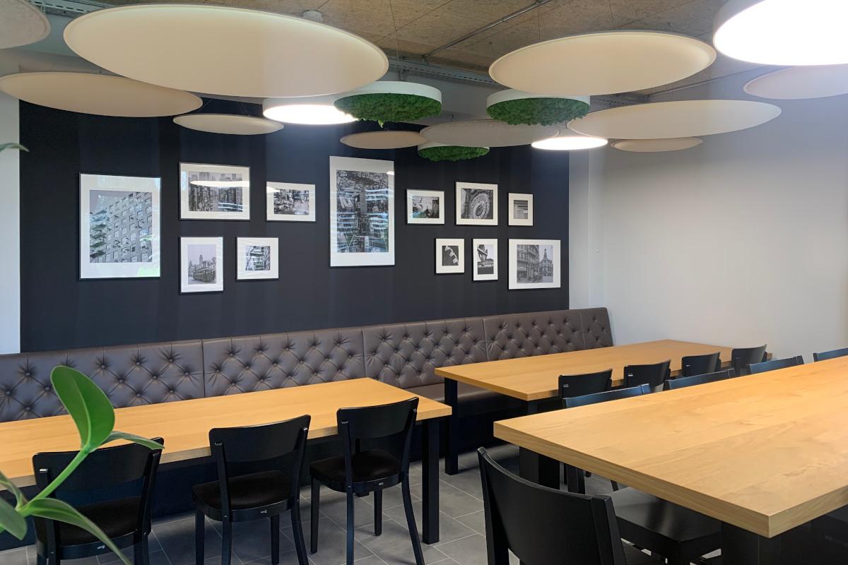 Neue Sitzbank und neu mit Bildern gestaltete Wand