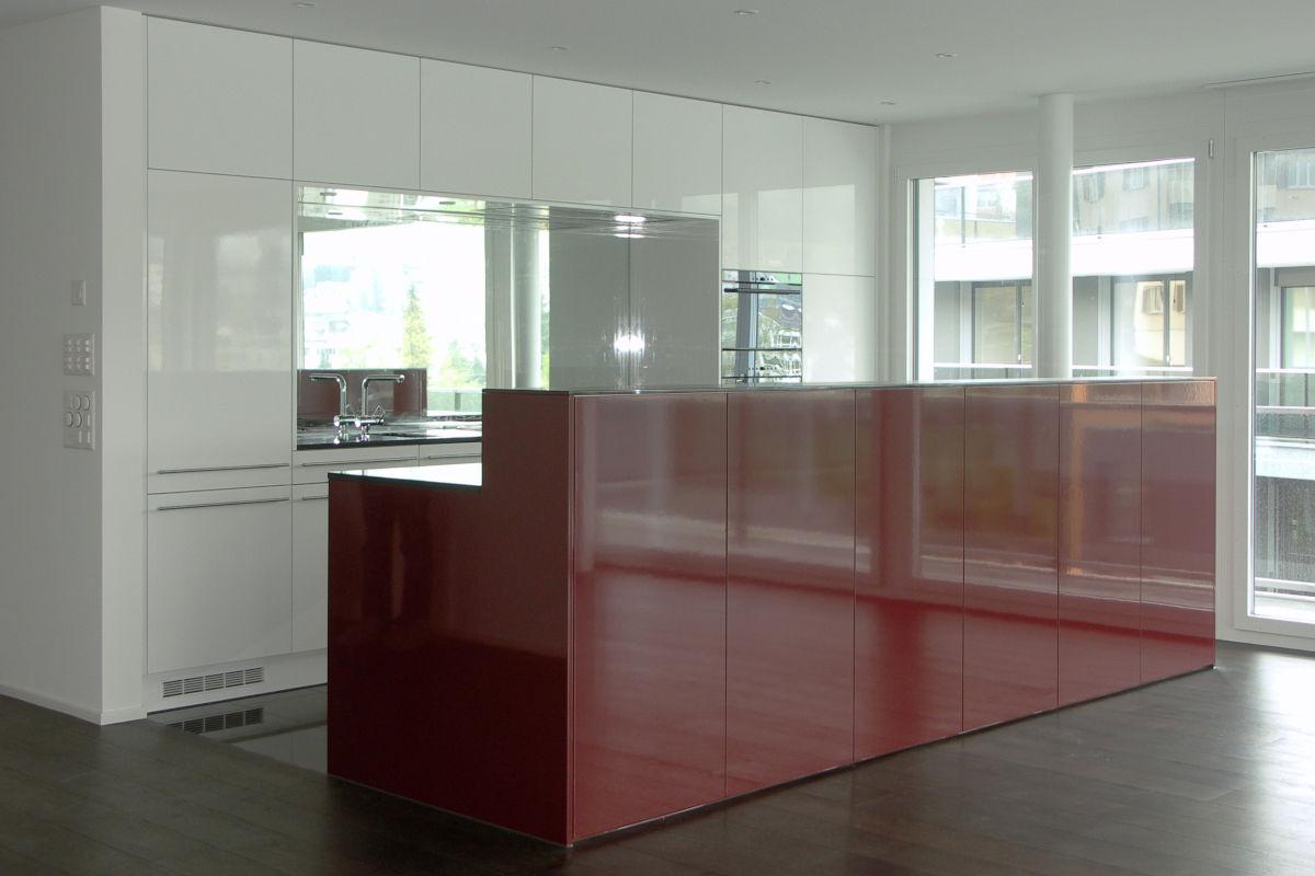 Weiss-rote Küche mit Hochglanzfronten