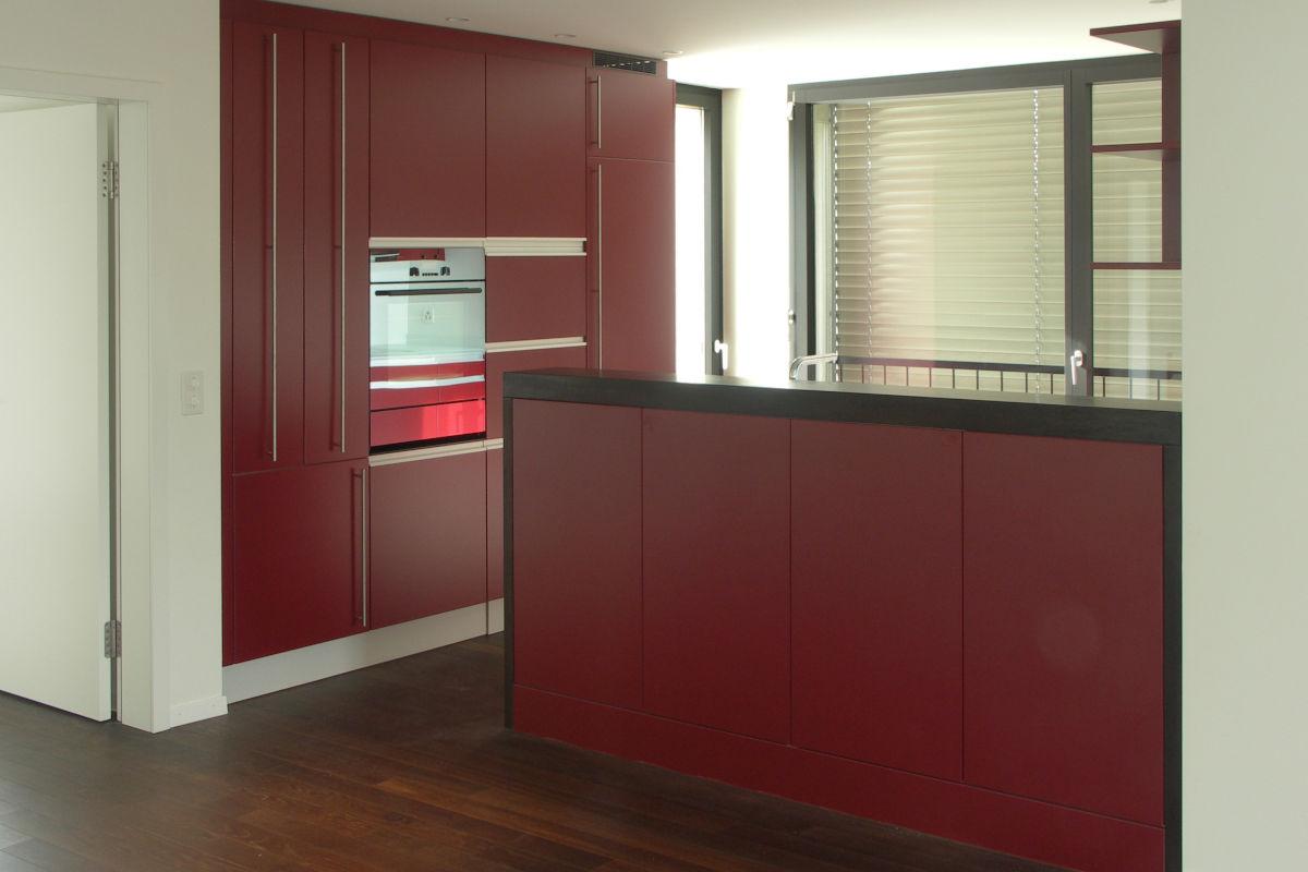 Elegante Küche mit roten Fronten