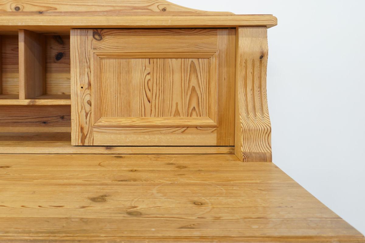 Schreibtisch, vor der Restaurierung. Die Wasserflecken sind deutlich zu sehen.