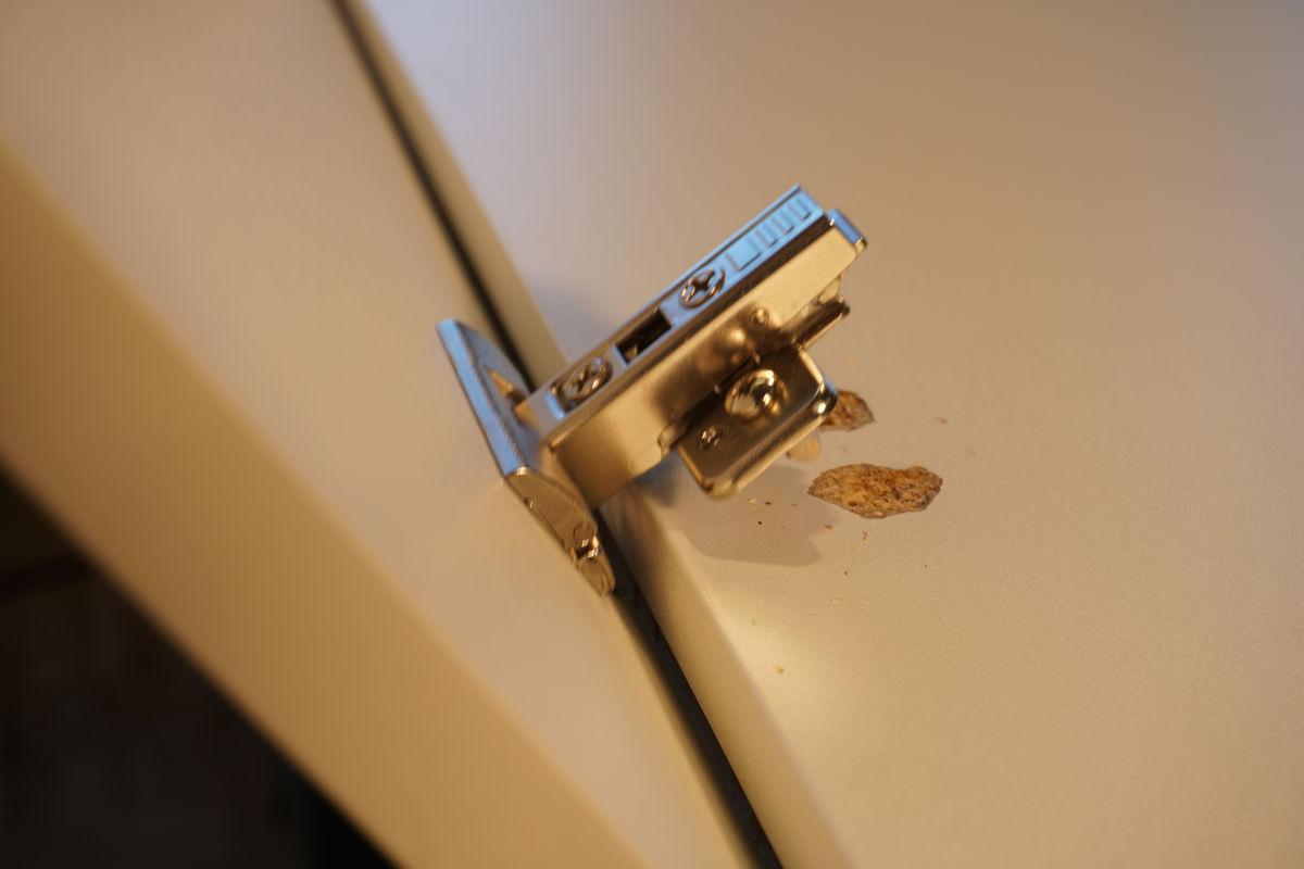 Ausgerissene Grundplatte an der Möbelseite.