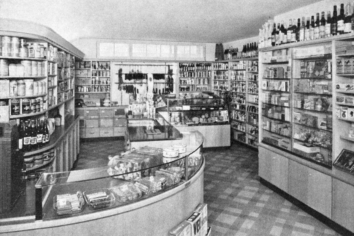 Ladeneinrichtung eines Mischwarenladens von 1954