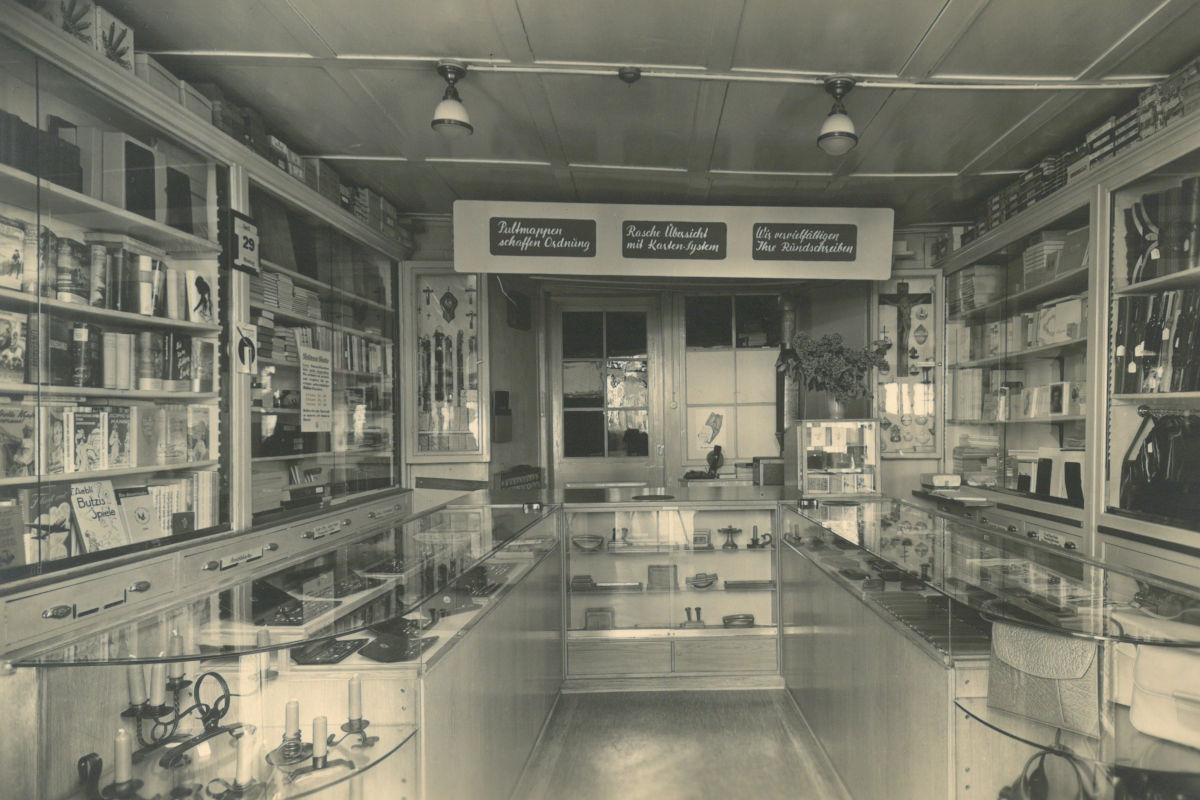 Ladeneinrichtung einer Papeterie von 1954